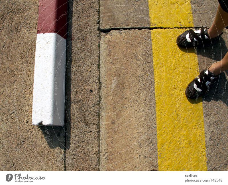 aus Versehen auf den Auslöser gekommen Fahrbahn Beton Bordsteinkante gelb Parkverbot Spanien Balearen Mallorca Detailaufnahme Langeweile Sommer Straße rot-weiß