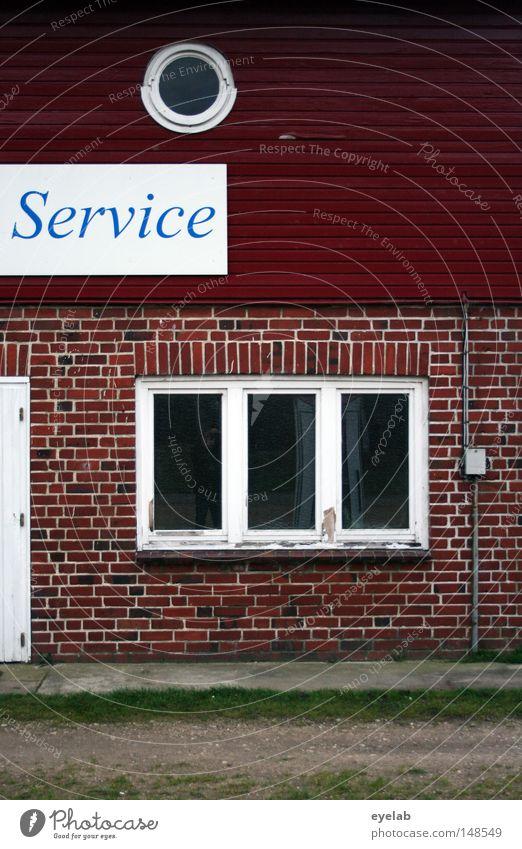 Hier wird Service noch gross geschrieben Haus Gebäude Fenster rund Rundfenster Stein Fassade Holz Autobahnauffahrt Typographie Buchstaben Wort rot weiß leer
