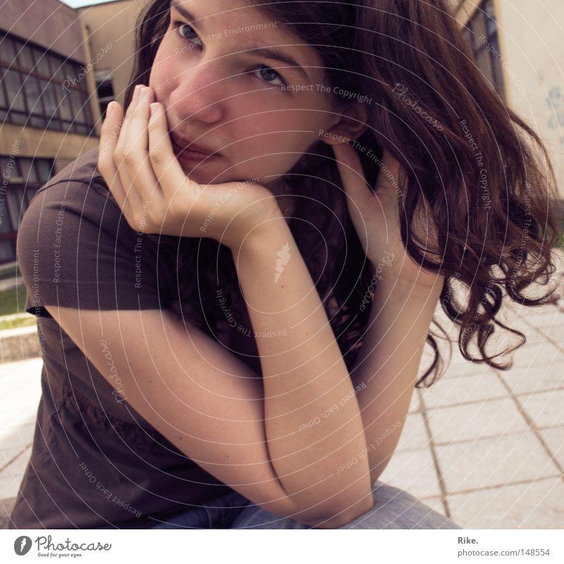 Träumend. Frau Jugendliche schön feminin Haare & Frisuren Traurigkeit Denken braun Trauer T-Shirt Verzweiflung Locken Schwäche skeptisch Zweifel