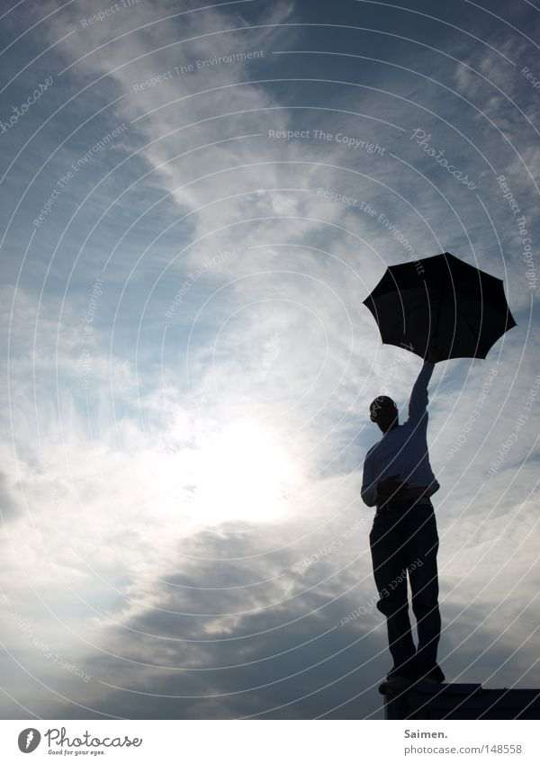 Freiheitsstatue für Arme Mann Himmel Freude schwarz Wolken Ferne Herbst oben Mauer Regen warten Ende Regenschirm festhalten trocken