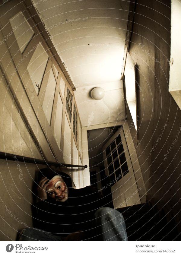 Der Niedergang der Werte Flur Haus Treppenhaus Fenster Licht Lichteinfall aufsteigen Trauer Verzweiflung Absturz abgestürzt Alkoholsucht Kapuze sitzen hocken