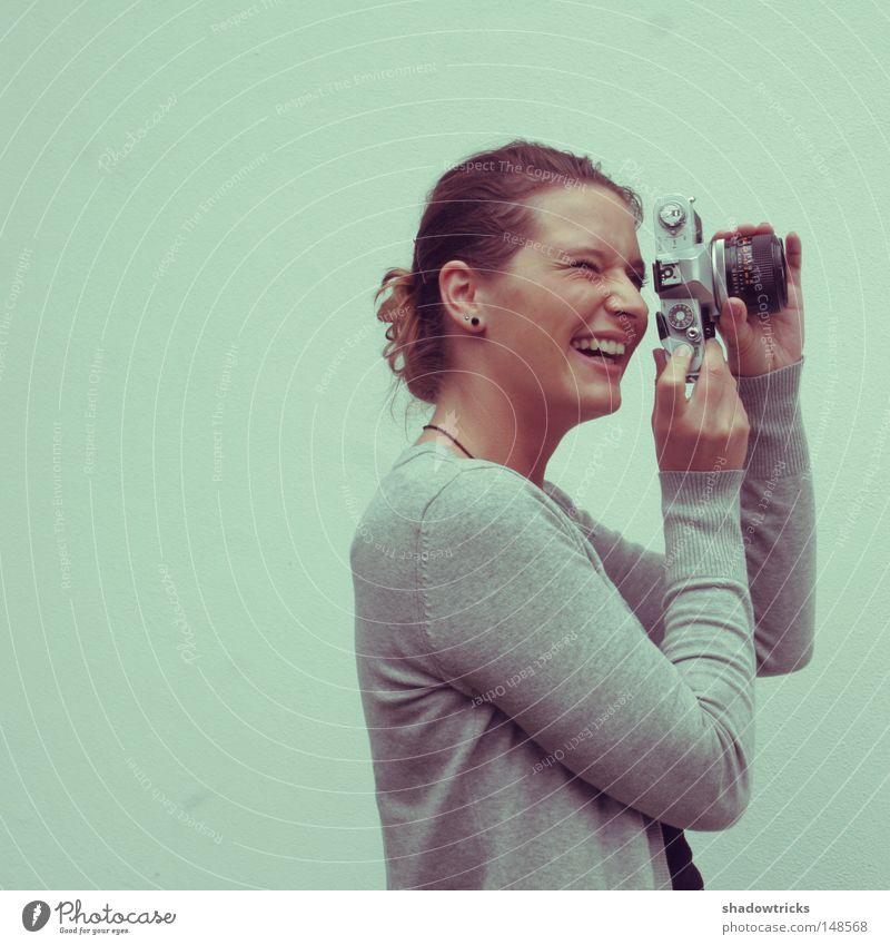 Ein Hoch auf die Fotografie! Fotokamera Frau Nostalgie Oldtimer Zopf Stil Fotografieren Kunst Kultur Reflexion & Spiegelung Mächen alt Freude Hooy Glück