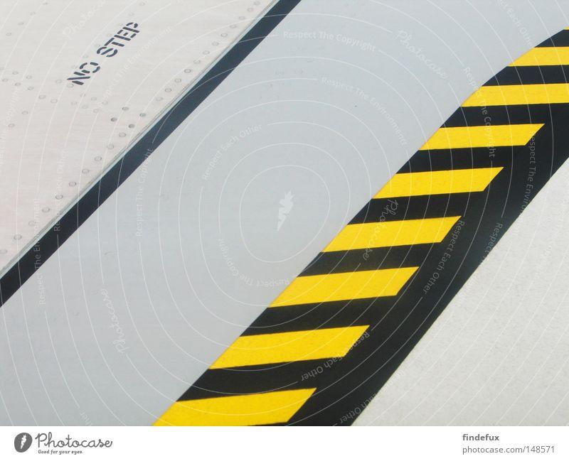 walk the line abstrakt Linie Strukturen & Formen Ordnung Grenze Verbote Warnhinweis Tragfläche Flugzeug Flughafen betreten verboten gelb/schwarz