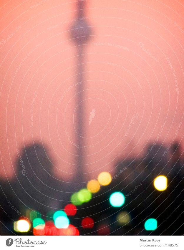 die stadt die lichter Lampe Himmel Berlin Stadt Berliner Fernsehturm Verkehrswege Straße Ampel rosa Farbe Karl-Marx-Allee Lichtpunkt KFZ Flackern Stalinallee