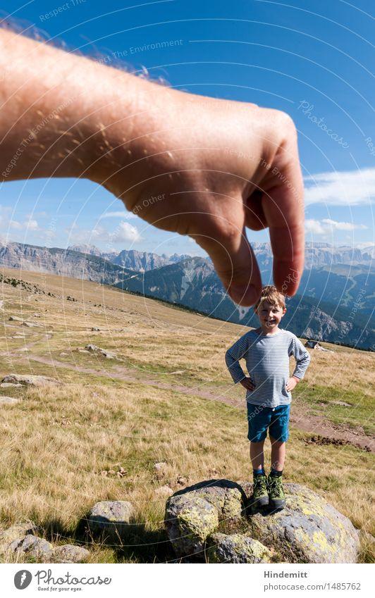 Unter Riesen Mensch Kind Himmel Ferien & Urlaub & Reisen Sommer Hand Wolken Berge u. Gebirge Wiese lustig Junge Glück klein Felsen maskulin Tourismus