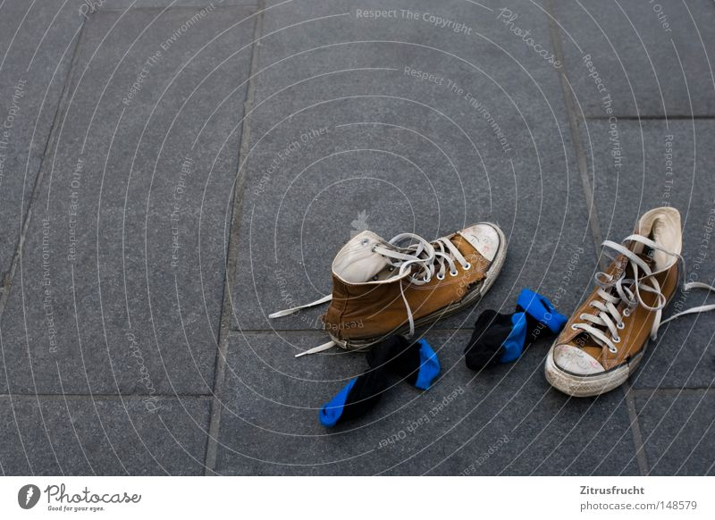 happy shoes blau weiß Sommer Farbe Einsamkeit Farbstoff Fuß Schuhe laufen liegen Laufsport Boden Bodenbelag kaputt Bekleidung Asphalt