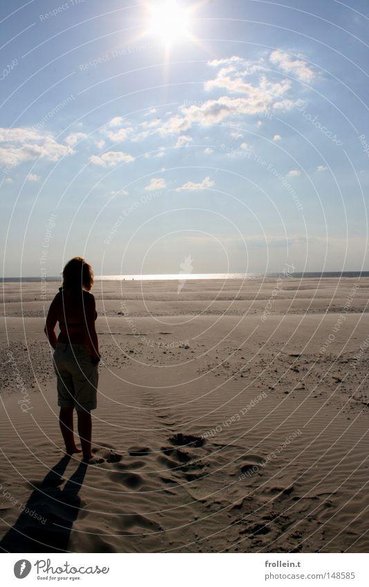 Auf einem anderen Planeten Strand Ferne leer Wüste trist Sand Meer Frieden blau Sonne hell scheinend Frau klein Außerirdischer Himmel Einsamkeit frei
