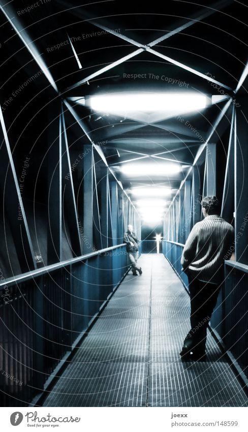 BrückeZwischenMenschlich Mensch Mann Ferne dunkel hell Beleuchtung Angst warten maskulin Brücke Kommunizieren beobachten außergewöhnlich Stahl Kontrolle Partnerschaft