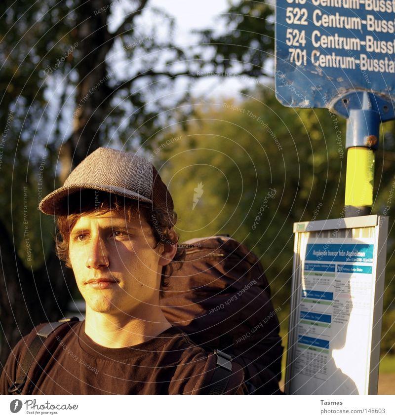 a sunny boy, a sunny day Jugendliche Mann Sommer Erwachsene Zufriedenheit warten Hut Station Bus Tourist Schweden Rucksack Straßennamenschild Rucksacktourismus Interrail Busbahnhof