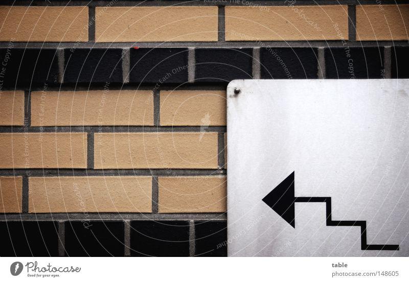 WRN|08 - Treppe hoch... schwarz grau Mauer braun gehen laufen Schilder & Markierungen Tunnel Hinweisschild führen Warnhinweis Fußgänger links Ware