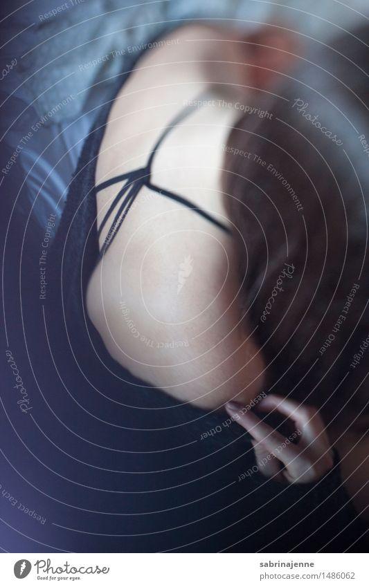 Rücken Mensch feminin Junge Frau Jugendliche Erwachsene Körper 18-30 Jahre Gefühle Farbfoto Innenaufnahme Textfreiraum unten Tag Unschärfe