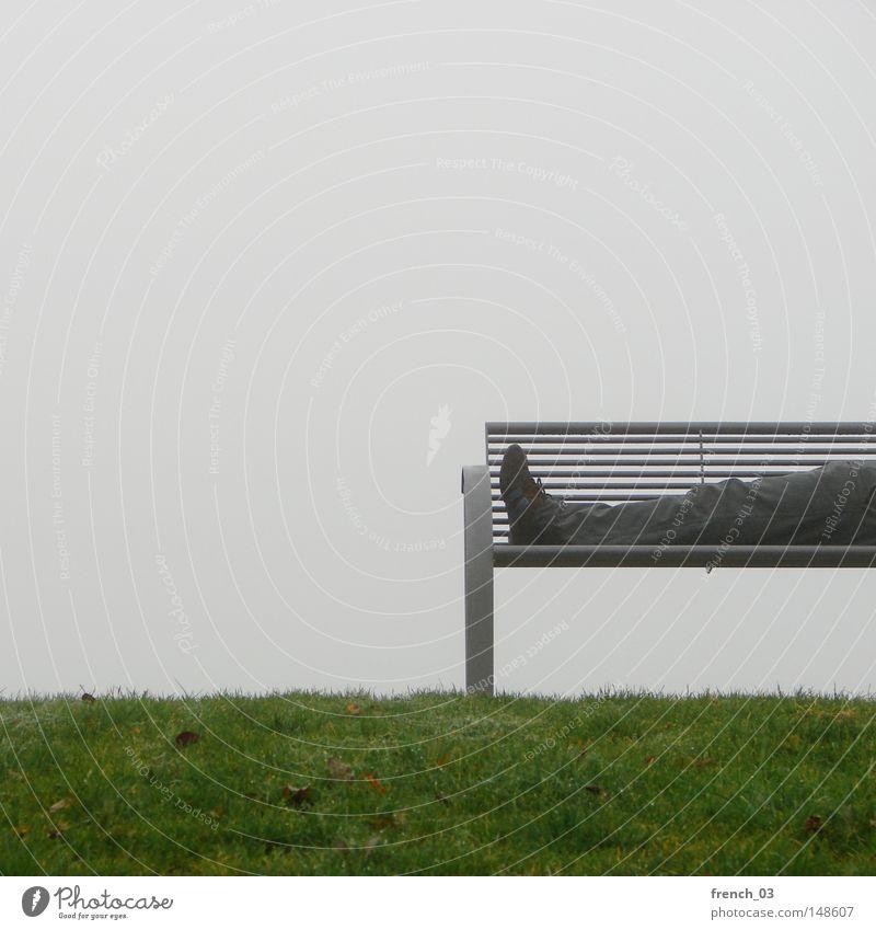 Bankenkrise Beine Fuß Schuhe Hose grau kalt nass feucht Nebel Gras Rasen Sportrasen Wiese grün England Schottland Herbst Dunst liegen Liege Metall Metallwaren