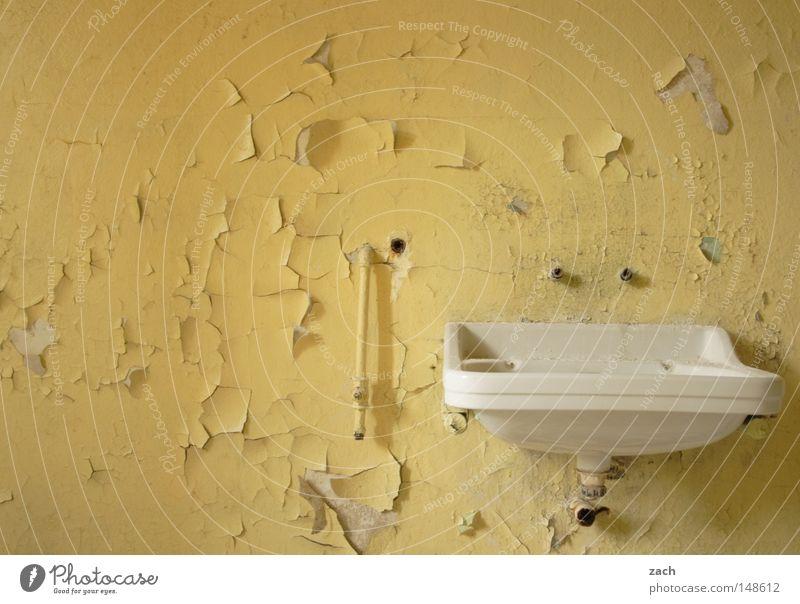 Pimp my Waschbecken Bad Tapete Verfall abblättern gelb streichen Renovieren Klempner Installateur Möbel antik leer rustikal Graffiti verfallen verfaulen