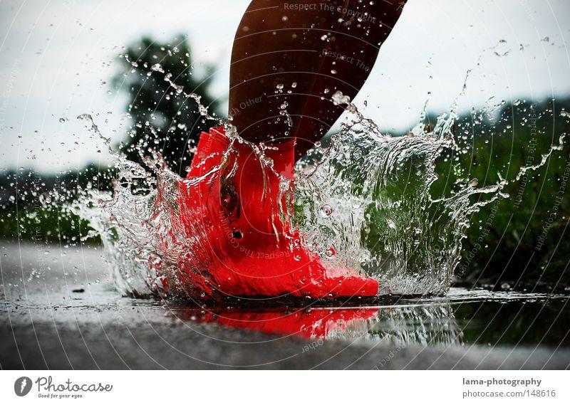 Splash ! Wasser rot Freude Herbst Spielen springen Stimmung Regen Wetter Beleuchtung Schuhe rosa dreckig nass Wassertropfen Aktion