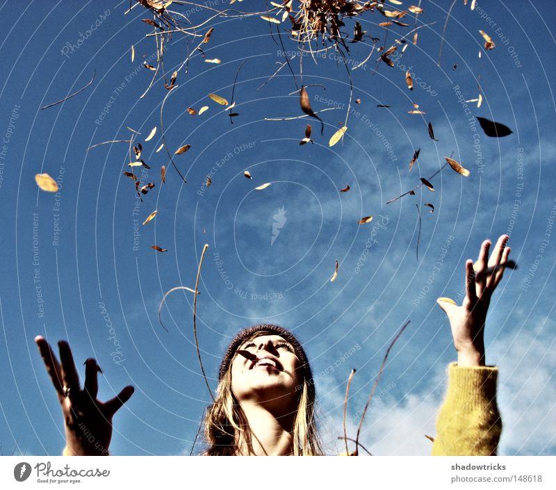 Hallo Herbst! Blatt Spielen Frau Regen Jahreszeiten kalt hell Himmel Wolken Hrbst Freude fallen blau
