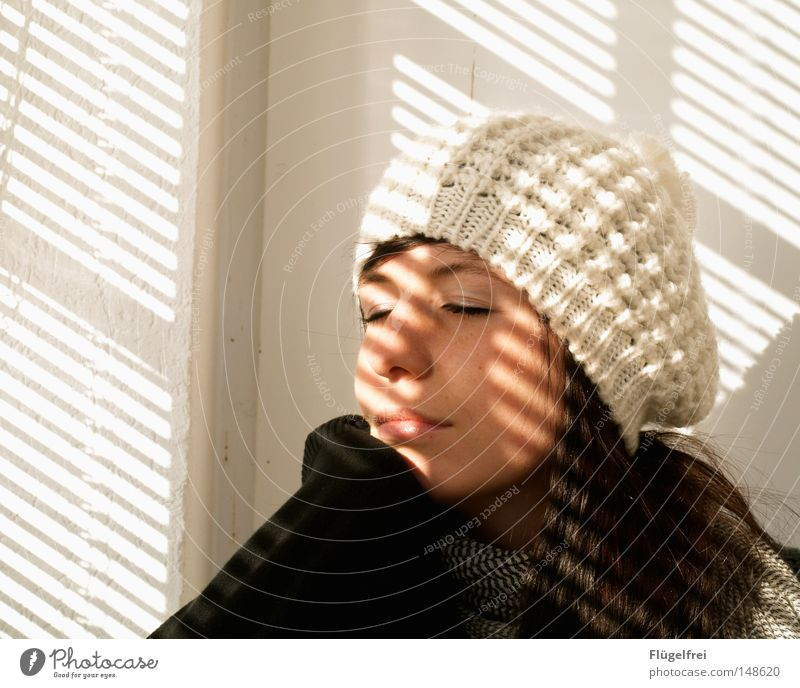 Die letzten Sonnenstrahlen Frau weiß Einsamkeit Erwachsene Wärme kalt Herbst Haare & Frisuren Beleuchtung träumen Arme Zufriedenheit geschlossen Streifen