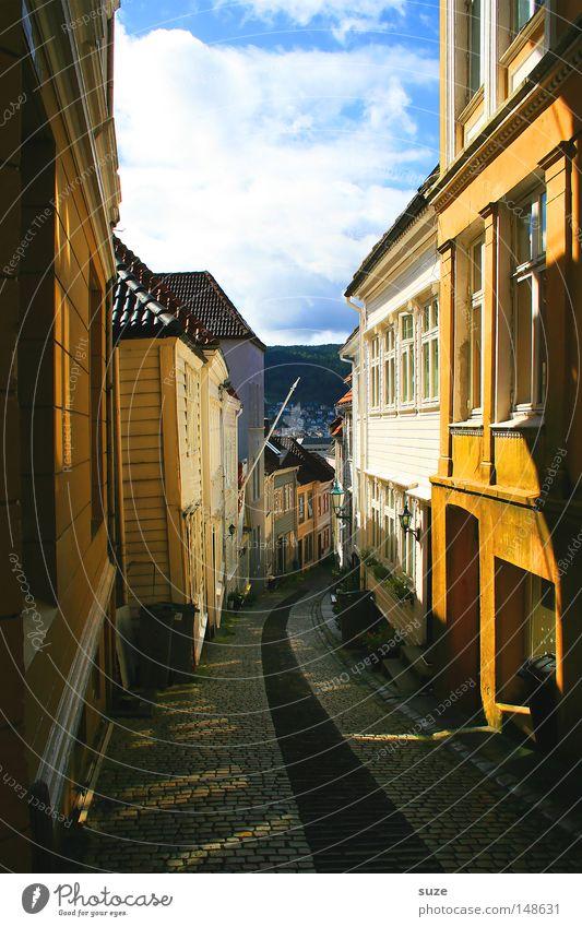 Sonnengasse Sommer Haus Umwelt Himmel Wolken Schönes Wetter Kleinstadt Stadt Menschenleer Fassade Fenster Wege & Pfade Fußweg gehen laufen Gasse Norwegen