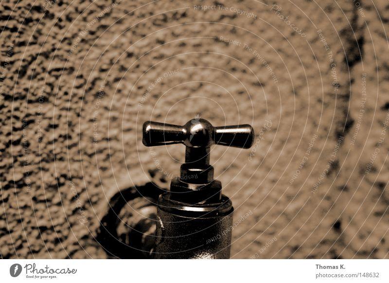 Hahn Mauer Metall nass Fassade Metallwaren Flüssigkeit Loch Eisen Leitung Haushalt Wasserhahn Chrom Monochrom Anstrich Wasserrohr Gartenschlauch