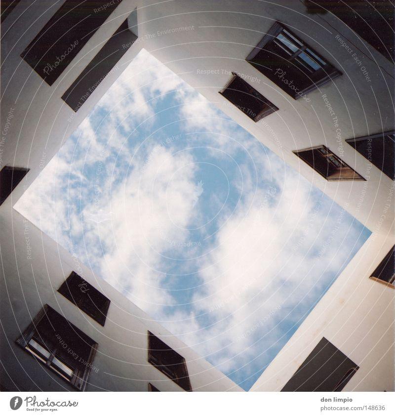 hochformat Haus Fenster Häusliches Leben Gebäude Wolken Himmel Holzfenster Hochformat Schatten Wand weiß Fuerteventura Mittelformat Rollfilm analog casa