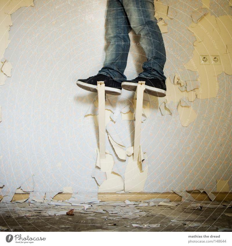 AUFGEBOCKT Beine Schuhe lustig Jeanshose außergewöhnlich verfallen Tapete Verfall schäbig Schweben Renovieren seltsam Leerstand abblättern Unbewohnt