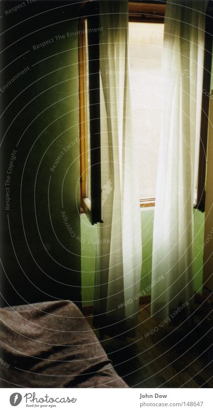 Being in Rome. Ferien & Urlaub & Reisen Einsamkeit ruhig Erholung Fenster springen Traurigkeit Raum schlafen Pause Bett Italien Hotel Vorhang Gardine unterwegs