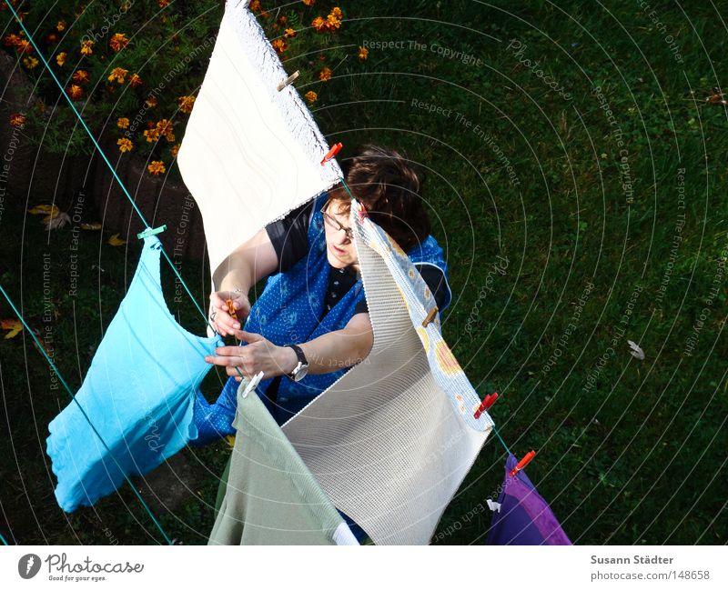 Waschfee Herbst Wiese Familie & Verwandtschaft Wind dreckig Seil Sauberkeit Reinigen Wäsche waschen Haushalt Schlamm Klammer Waschmaschine Raumpfleger Kittel
