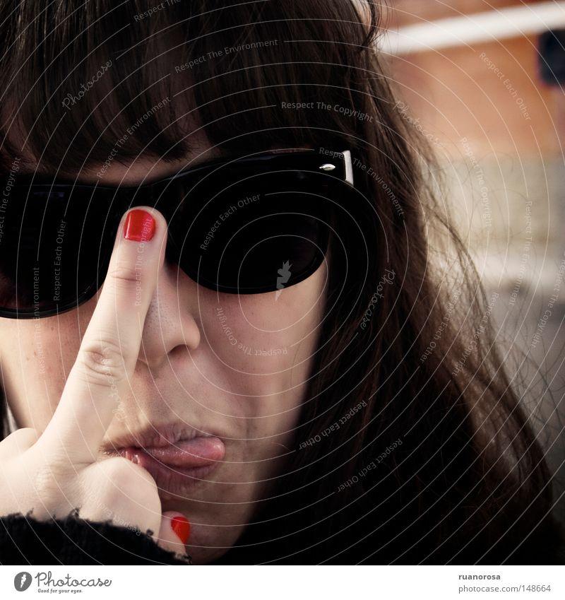 Stinkefinger Zunge Frau Brille Sonnenbrille Nahaufnahme Porträt Gesicht Fingernagel rot Handwerk Jugendliche