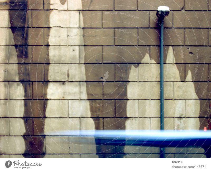 o.T. Wand Lampe Laterne Straße nass feucht Fleck Dinge Bewegung Stadt Dynamik Geschwindigkeit besuchen fliegen Rasen Beschleunigung unten abwärts Wassertropfen