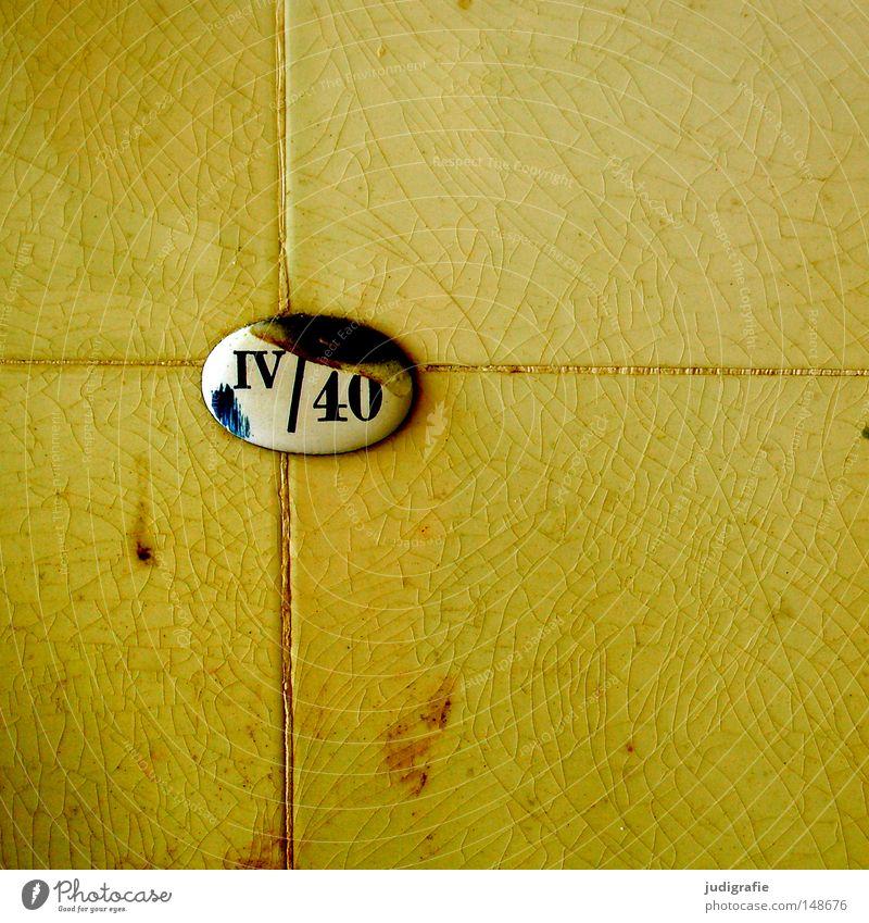 IV / 40 alt Farbe Wand Linie Schilder & Markierungen Information Ziffern & Zahlen Fliesen u. Kacheln verfallen schäbig Typographie Riss Fuge Emaille
