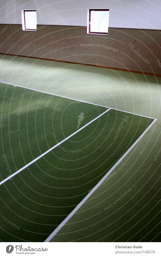 Tennisplatz mit Löchern in der Wand Teppich Winter Winterpause reserviert Tennisball grün Linie weiß Geschwindigkeit Spielen Tennisschläger 2 Aufschlag springen