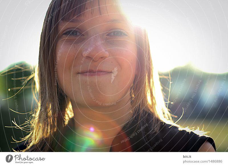 mit der Sonne lachen feminin Mädchen Kindheit Jugendliche Freude Glück Fröhlichkeit Lebensfreude Frühlingsgefühle Flowerpower Farbfoto Außenaufnahme