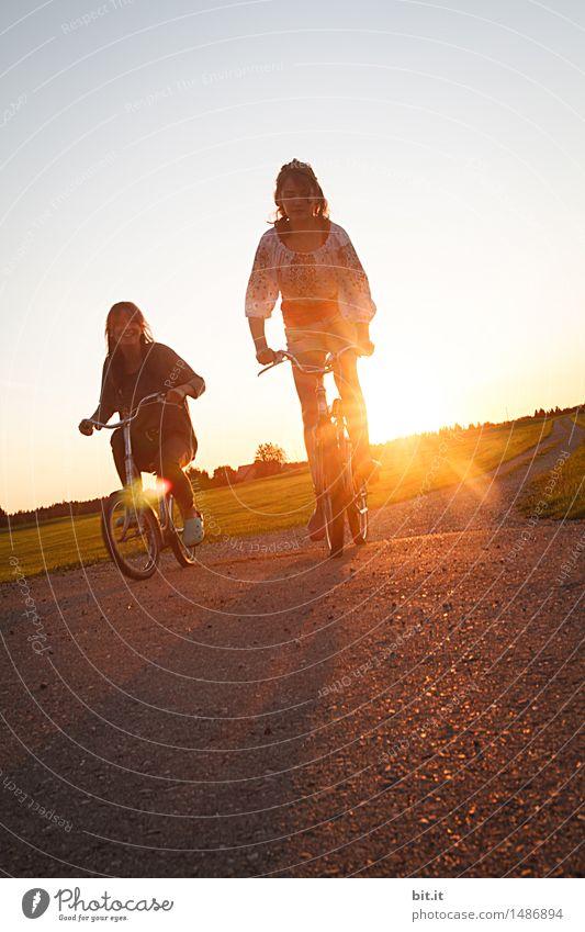 knapp daneben | auf der Überholspur Jugendliche Freude Mädchen feminin Sport Familie & Verwandtschaft Glück Freundschaft Kindheit Fröhlichkeit Lebensfreude Fahrradfahren Frühlingsgefühle Hippie Geschwister Schwester