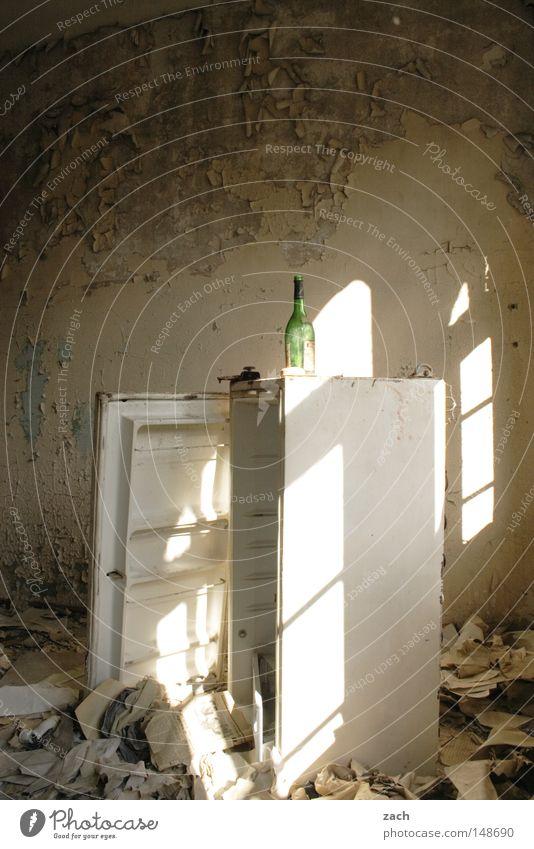 Schatz, geh ma bei Aldi alt leer Technik & Technologie Vergänglichkeit verfaulen verfallen Rost Ruine antik Weinflasche kühlen gebraucht rustikal Kühlschrank