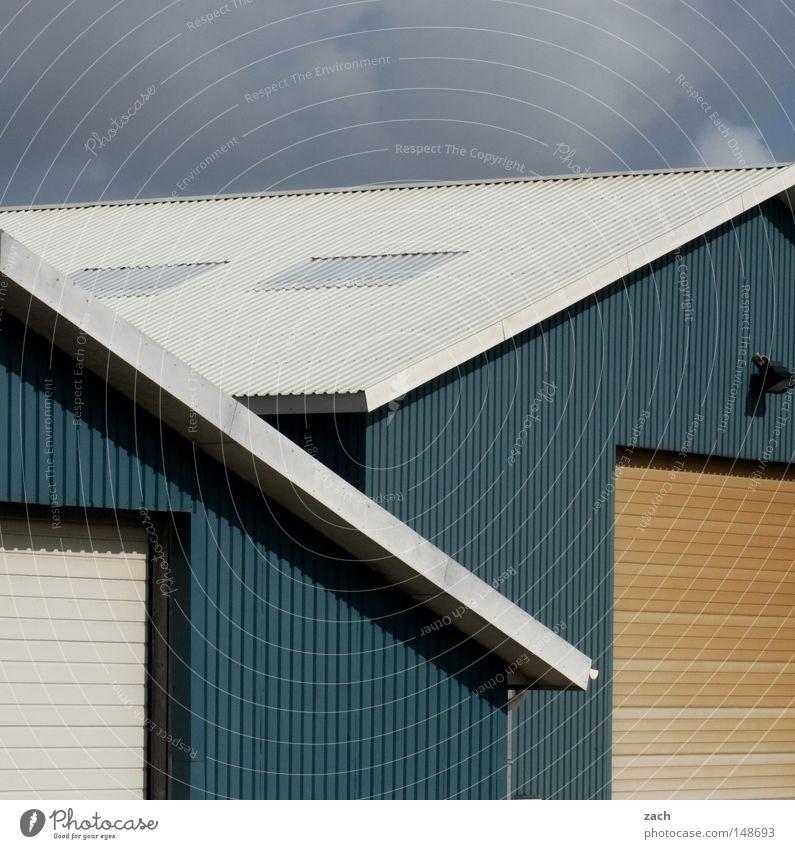 Zwillinge Haus Gebäude gleich synchron Wellblech Hangar Holz Fassade Einfahrt Industrie blau Scheune Lager Lagerhalle Tor Tür