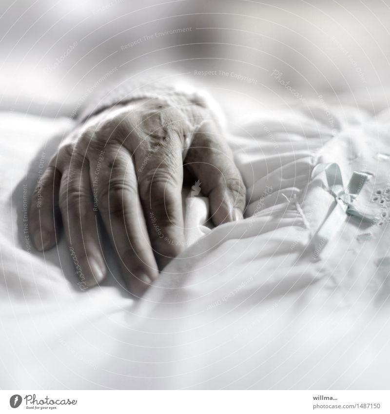 Hand einer Seniorinim Krankenbett Weiblicher Senior Mensch Behandlung Seniorenpflege Alter Krankenpflege Krankheit Krankenhaus Gesundheitswesen Frau Erwachsene