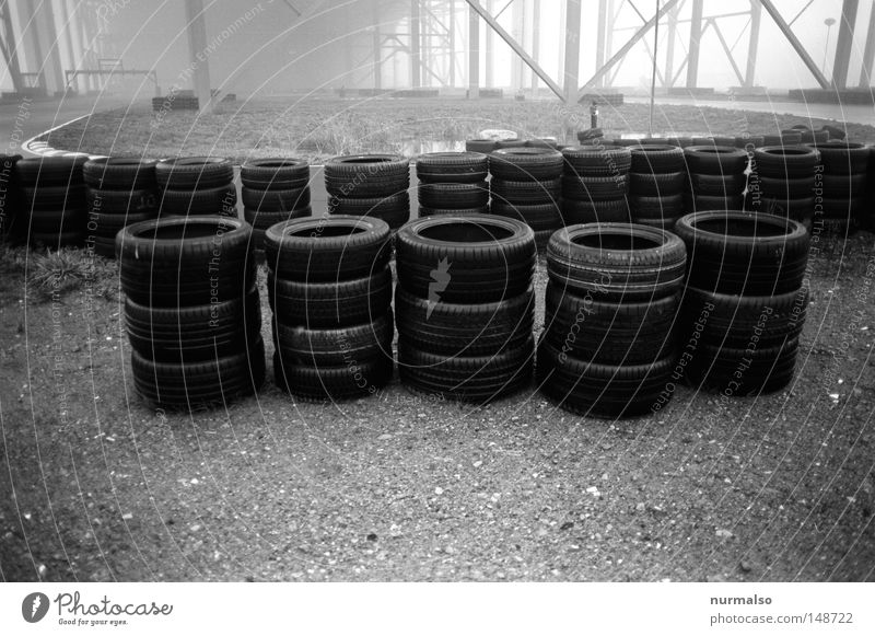 Reifenbusch Einsamkeit schwarz Straße Gefühle Nebel Sicherheit Ziel viele stoppen Asphalt Grenze Verkehrswege Rennsport Gasse Abgas Kurve