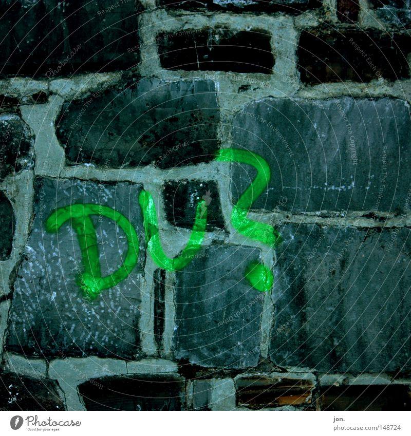 DU? Mauer grau grün Stein Wort Fragen Graffiti dunkel Wandmalereien Wahrzeichen Denkmal Gesellschaft (Soziologie) Strukturen & Formen angesprochen