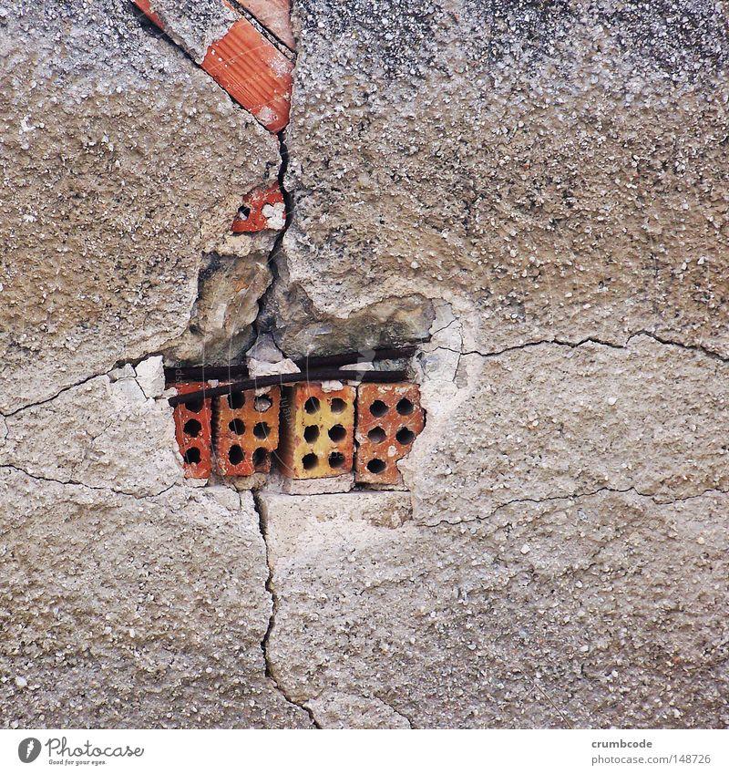 Wandbruch Baustelle Mauer Stein Beton Stahl Backstein alt gebrochen Bruch veraltet gerissen Riss verfallen Zement Stahldraht Draht Farbfoto Außenaufnahme