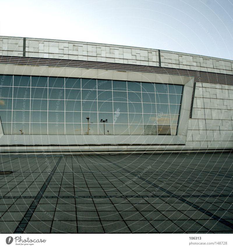 silence Stadt ruhig Haus Fenster Wand Architektur Mauer Gebäude Stein Fassade Glas Platz leer modern Spiegel Verkehrswege