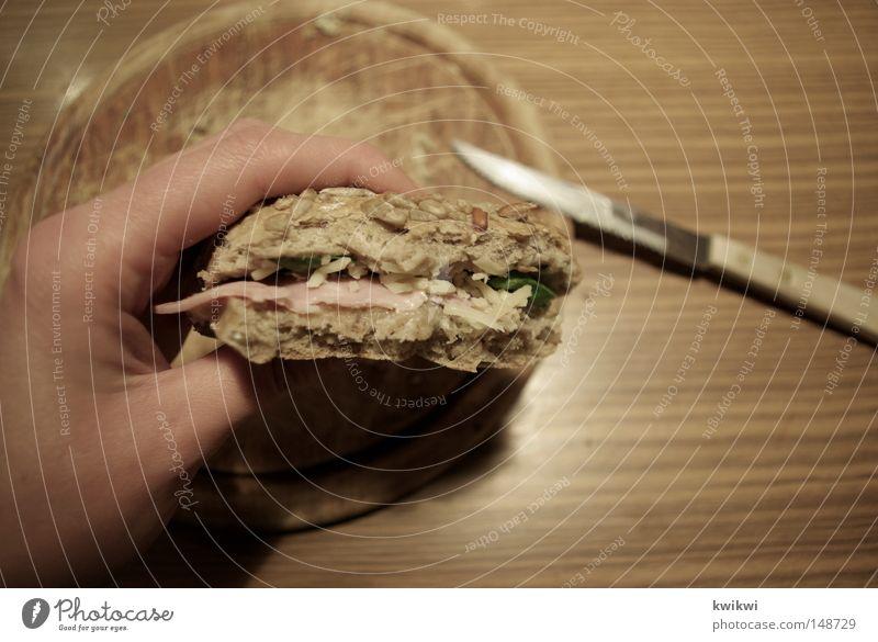 belegtes brötchen auf neun uhr Hand Ernährung Holz braun Tisch Küche festhalten lecker Appetit & Hunger Frühstück Brot Holzbrett Abendessen Schneidebrett