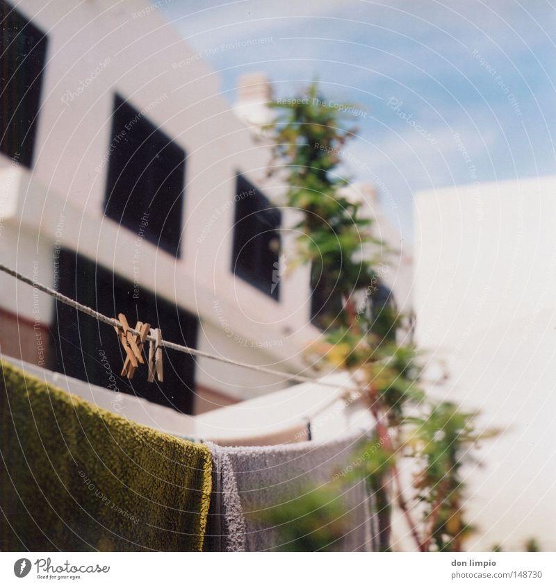 maria und die wäscheklammern Haus Häusliches Leben Fenster Hof Dorf Himmel Wäscheklammern Seil Aussaat grün Pflanze Nutzpflanze Hanf Rauschmittel Fuerteventura