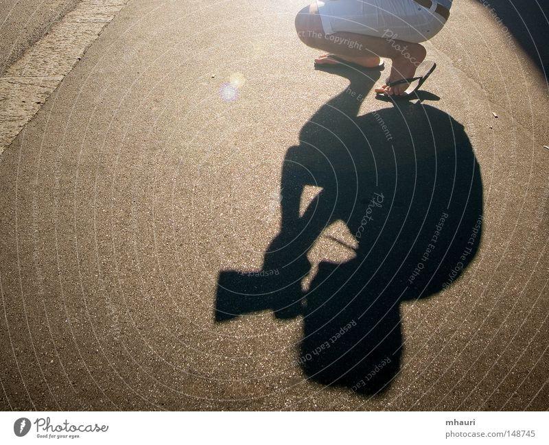 Schatten Fotograf Sonne Licht Silhouette Entwurf Sandale Mann Fotokamera Objektiv Beine knien Tunnel Freizeit & Hobby Straße