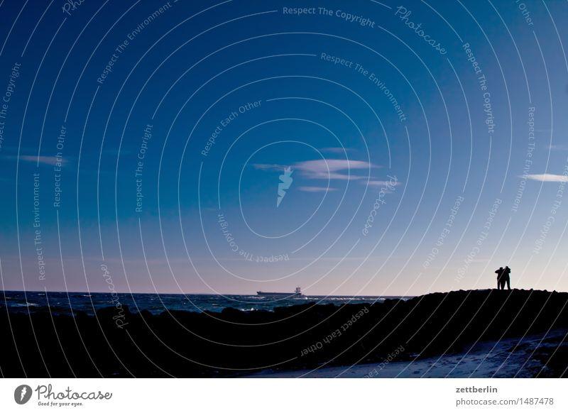 Zwei Männer in Betrachtung des Bootes Himmel Wolken Horizont Landschaft Mecklenburg-Vorpommern Meer mönchgut Rügen Strand Wasser Wellen Winter Ostsee