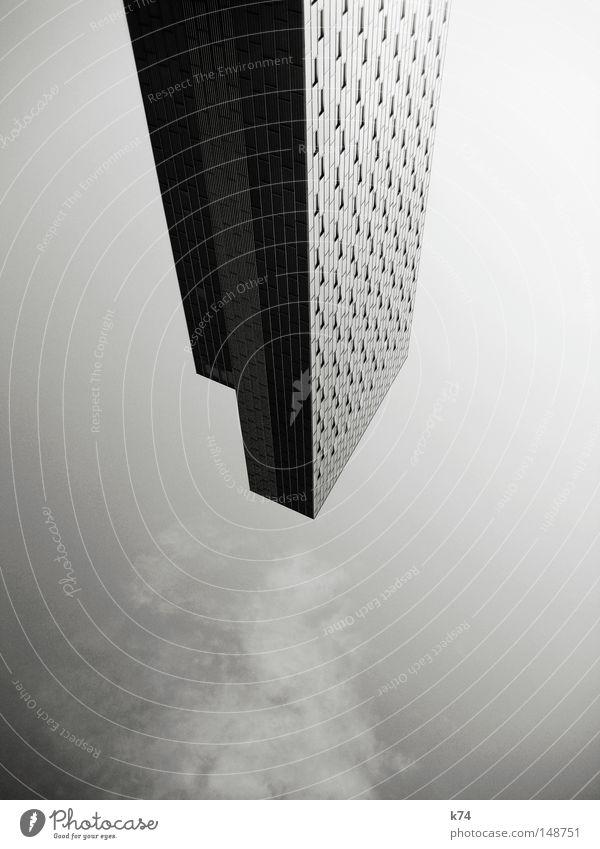TAKE OFF Hochhaus hoch Haus Gebäude Fenster Architektur vertikal steil Fassade fliegen UFO Raumfahrzeuge Astronaut Gebäudereiniger Schwarzweißfoto