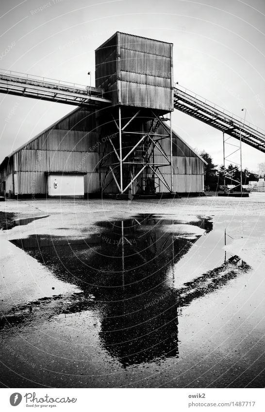 Firma Industrie Industrieanlage Fabrik Bauwerk Gebäude Fassade Wellblechwand Gerüst Förderband Asphalt Pfütze stehen eckig fest groß hoch nass Erfolg Tatkraft
