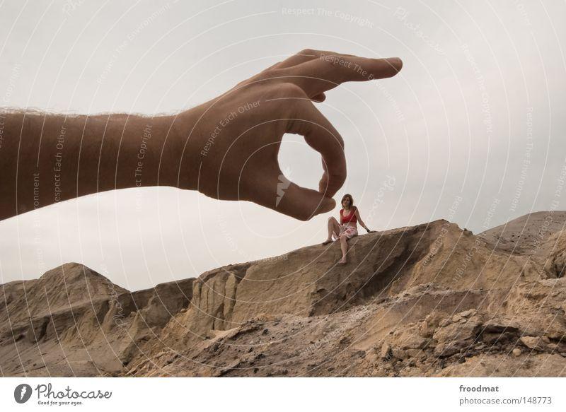 schnippisch Frau Himmel Hand Freude Mädchen Berge u. Gebirge lustig grau Deutschland Sand dreckig verrückt Arme Perspektive groß Vergänglichkeit