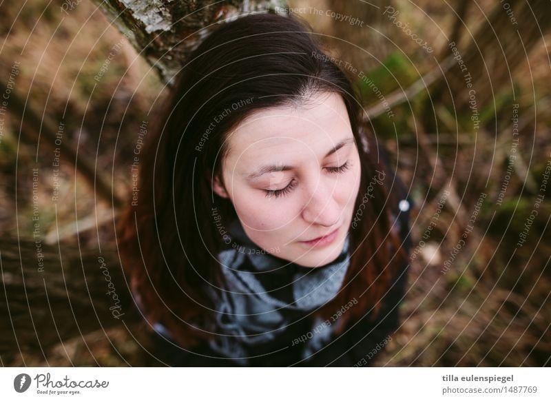 Jules ruhig feminin Junge Frau Jugendliche Leben 1 Mensch 18-30 Jahre Erwachsene Natur Herbst Winter Wald Denken genießen sitzen träumen Traurigkeit warten