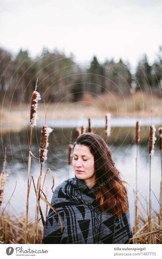 / Mensch Frau Natur Jugendliche Pflanze Junge Frau schön Wasser Erholung ruhig Winter Wald 18-30 Jahre Erwachsene Leben kalt