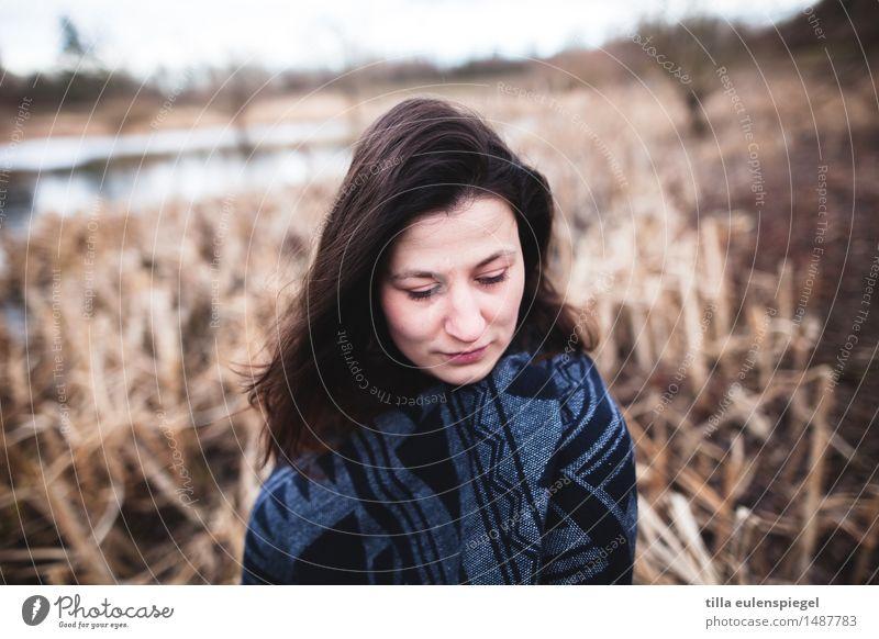* Winter feminin Junge Frau Jugendliche Erwachsene Leben 1 Mensch 18-30 Jahre Umwelt Natur Landschaft Wasser Pflanze Seeufer Moor Sumpf Stoff brünett langhaarig