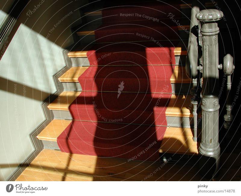 Das Fenster zum Hof Licht rot Teppich untergehen Umzug (Wohnungswechsel) Architektur Schatten Sonne Treppe Abgang
